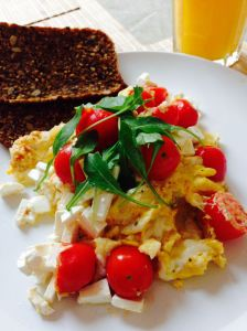 Scrambled eggs with tomato and feta