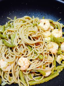 whole-grain noodles with prawns and pesto